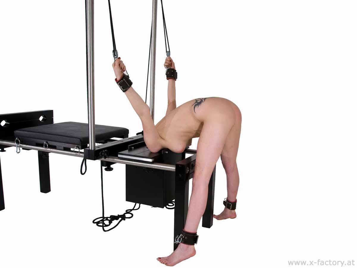 Привязать к стулу бдсм, Привязанную к стулу девушку трахнули три незнакомца 2 фотография
